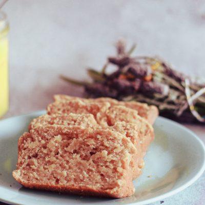Je prépare mon cake lemon curd, avec ma crème de citron qu'il me reste, une recette facile à réaliser avec de la farine, du yaourt, un peu de sucre de canne.